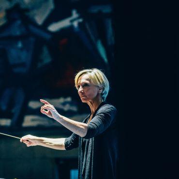 Nicolette Fraillon conducting