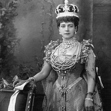 Queen-Alexandras-wearing-her-crown-the-Koh-i-Noor